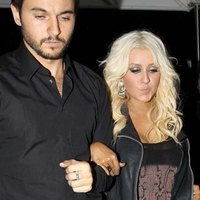 Drunken Christina Aguilera returns to her home