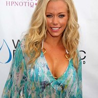 Kendra Wilkinson appears in extremely sexy dress