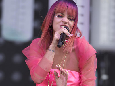 Lily Allen Pink Panties Flashing In The Glastonbury Rain