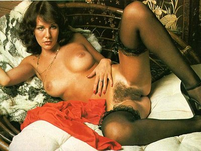 Linda Lusardi shows off her nude pussy and spicy tits