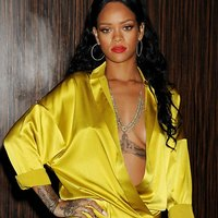 Bold sexy outfit of sexy Rihanna shocks the public!